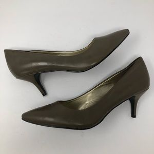 NINE West  KITTEN HEEL PUMPS 10